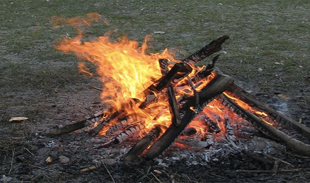 Tot ce ai nevoie ca sa faci focul sunt 2 bete