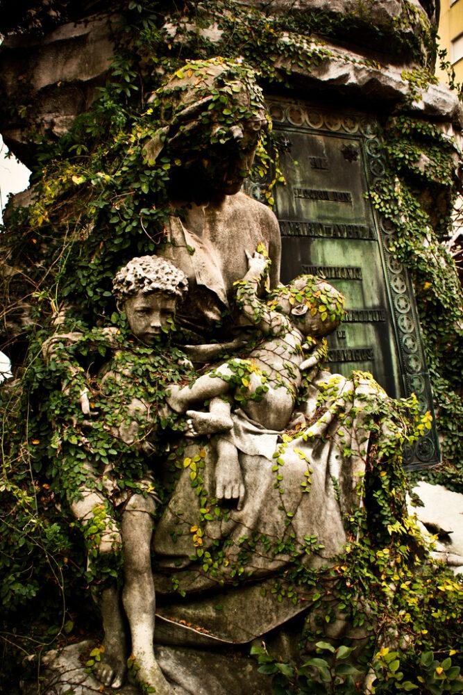 sculpturi ce sunt interesante si infricosatoare in acelasi timp Cimitirul Recoleta, Buenos Aires, Argentina