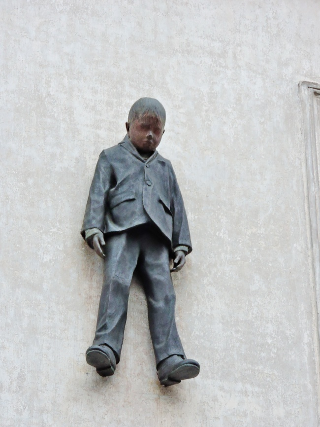 sculpturi ce sunt interesante si infricosatoare in acelasi timp baiatul care atarna
