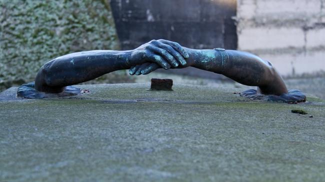 sculpturi ce sunt interesante si infricosatoare in acelasi timp cimitirul pere lachaise