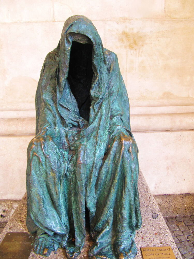 sculpturi ce sunt interesante si infricosatoare in acelasi timp mantia constiintei