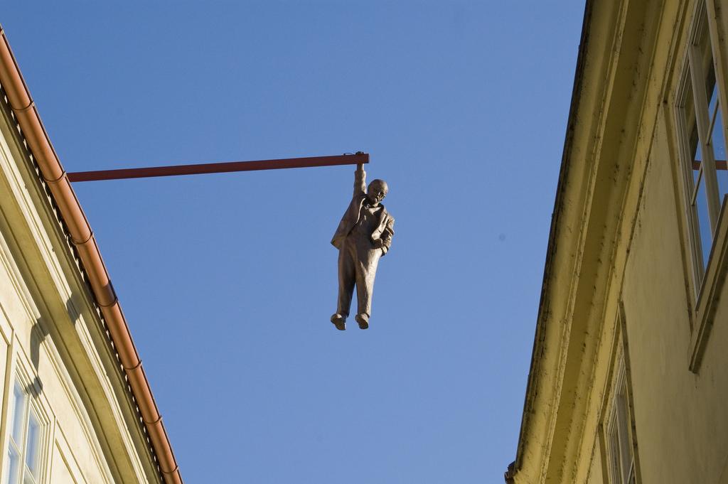 sculpturi ce sunt interesante si infricosatoare in acelasi timp omul care atarna