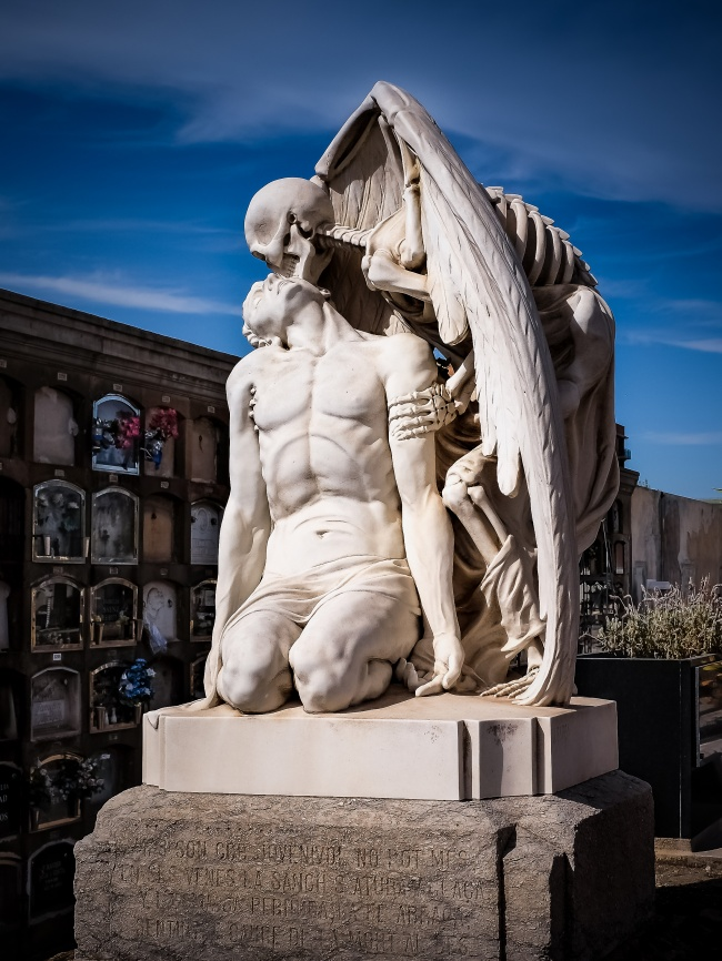sculpturi ce sunt interesante si infricosatoare in acelasi timp sarutul mortii barcelona spania