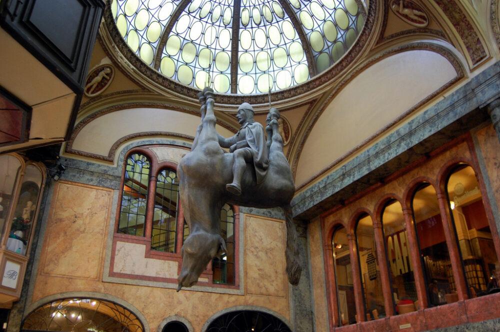 sculpturi ce sunt interesante si infricosatoare in acelasi timp statuia regelui wenceslas calarind un cal mort la praga republica ceha