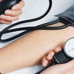 verificarea presiunii sangelui in timpul unei consultatii medicale