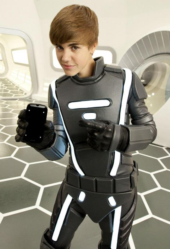 Justin Beiber in costum spatial