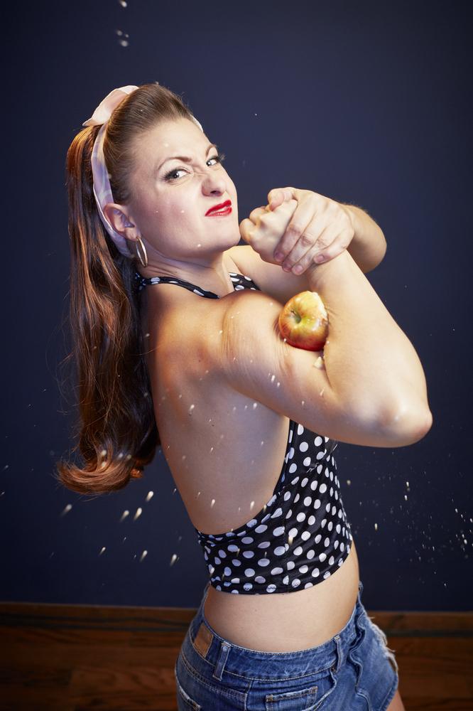 recordul mondial la cele mai multe mere strivite cu bicepsii